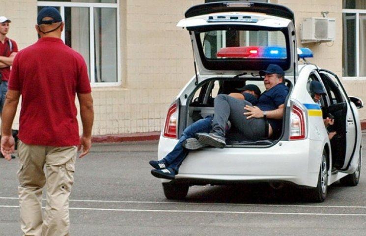 """Одеські поліцейські """"запакували"""" Саакашвілі в багажник"""