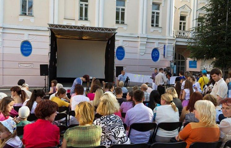 Площа Європейська перетвориться на вечірній кінозал