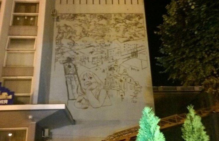 """Чеські митці намалювали дівчинку-мрійницю на будівлі ТРК """"Вінтера"""""""