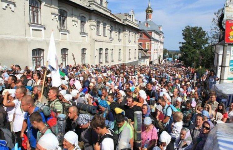 Кілька тисяч прочан із Хмельниччини вирушили до Почаєва