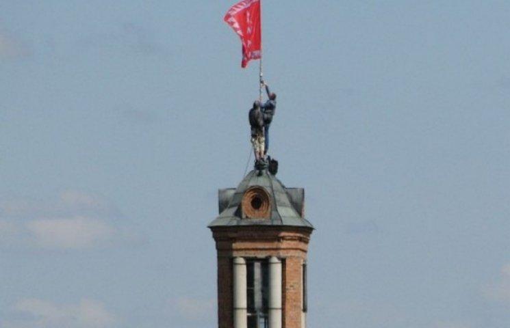 Символ міста оновився: на водонапірній вежі замінили прапор