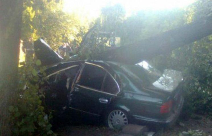 """На Полтавщині """"BMW"""" знесла дерево, загинув полтавський міліціонер"""