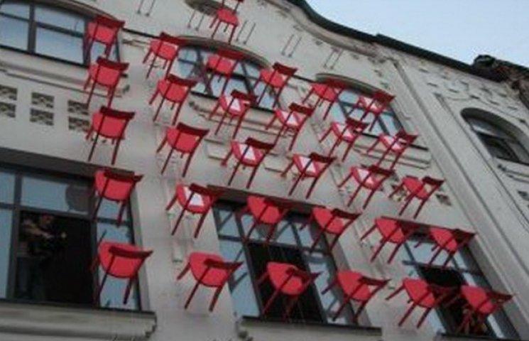 У Дніпропетровську на фасаді дому зробили інсталяцію з червоних стільців