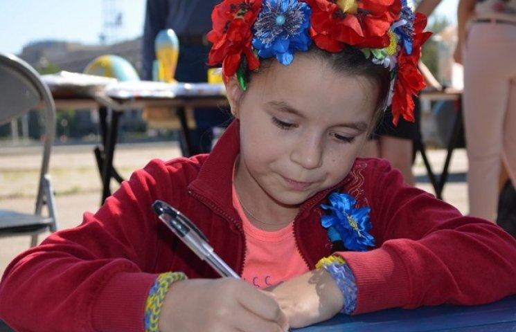 На волонтерському ярмарку у Запоріжжі діти пишуть зворушливі листи бійцям
