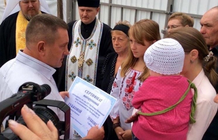 """Як у Хмельницькому вручили донькам загиблого кіборга """"Краба"""" документи на квартиру"""
