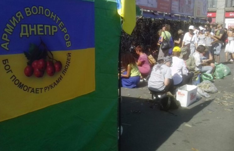 Дніпропетровці плетуть найбільшу в Україні маскувальну сітку