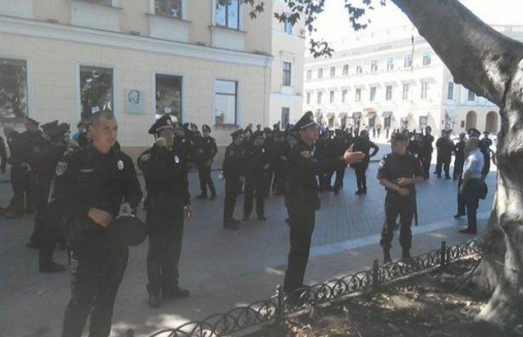 Міліція охороняє поліцію, поки останні не прийняли присягу
