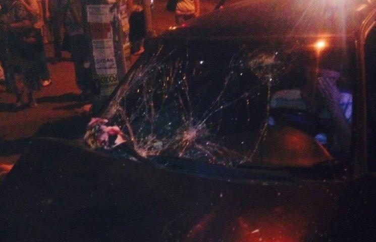 У Запоріжжі автівка влетіла в зупинку: постраждали п