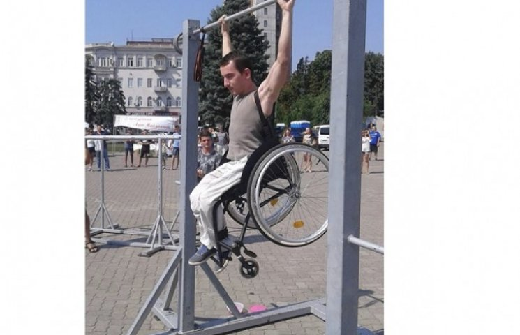 Прикутий до візка спортсмен у Дніпропетровську показав приклад пораненим бійцям