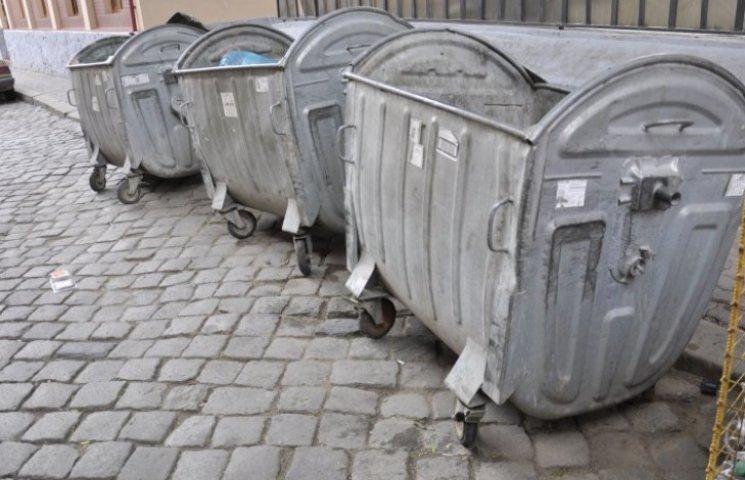 У центрі Львова депутата кинули в смітник, посипали гречкою і полили кефіром
