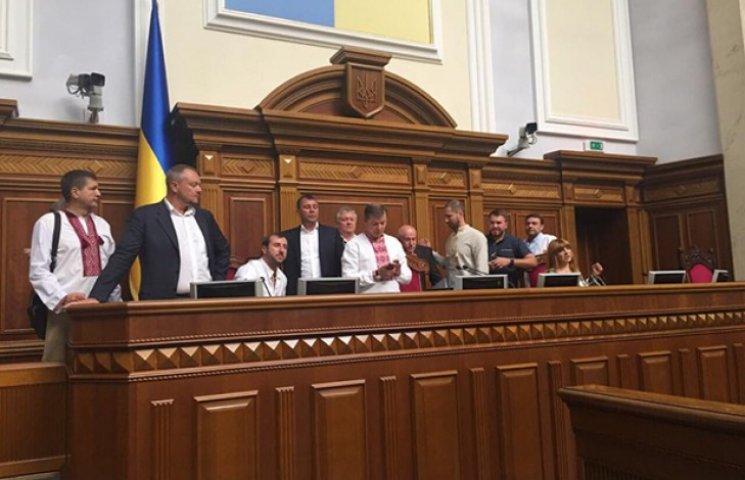 Ляшковцы блокируют президиум парламента