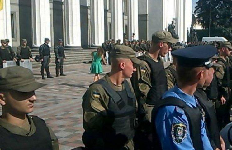 Нацгвардія зі щитами блокує вхід до Ради (ФОТОФАКТ)