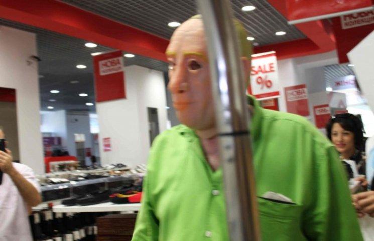 Людина в масці Путіна збиткує в російському магазині у Львові