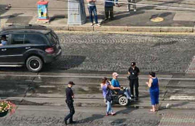 Чоловік-візочник заблокував рух трамваїв у центрі Вінниці