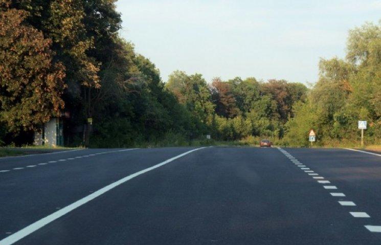 На відремонтовану автодорогу М-12 хмельницькі автодорожники нанесли й розмітку