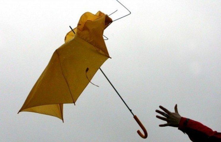 У Харкові сильний вітер зірвав дах та зламав банер