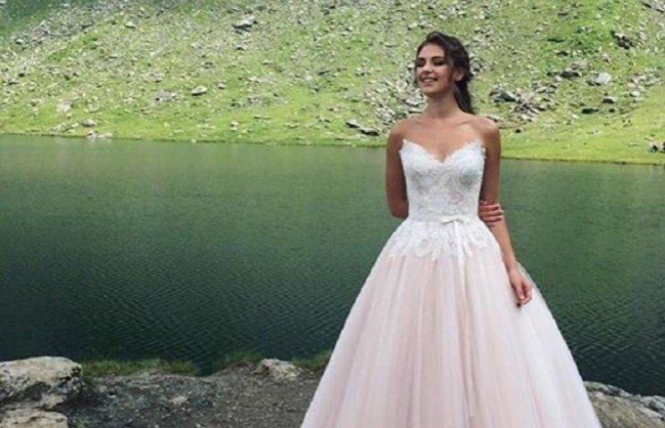 """Переможницю """"Холостяка"""" заскочили у весільній сукні"""