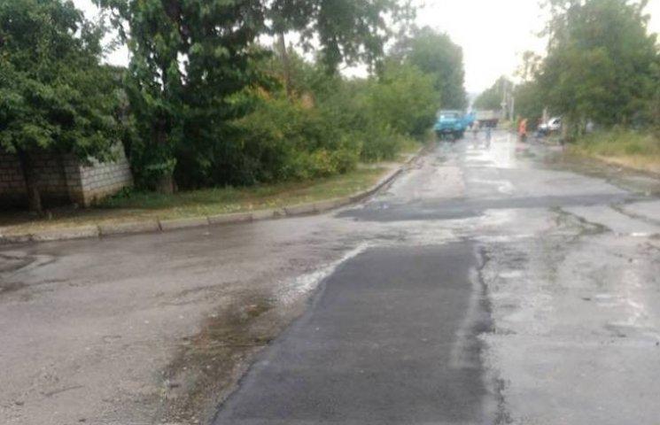 У Миколаєві продовжують вкладати асфальт в дощ