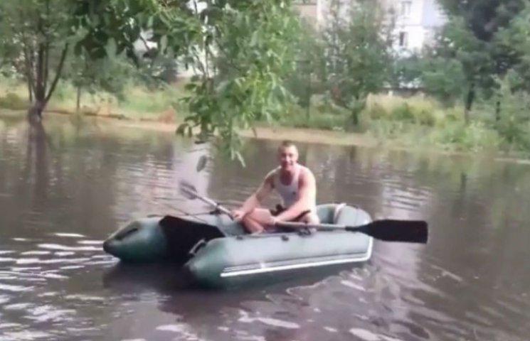 Після негоди посеред Черкас на човні місцеві ловили рибу
