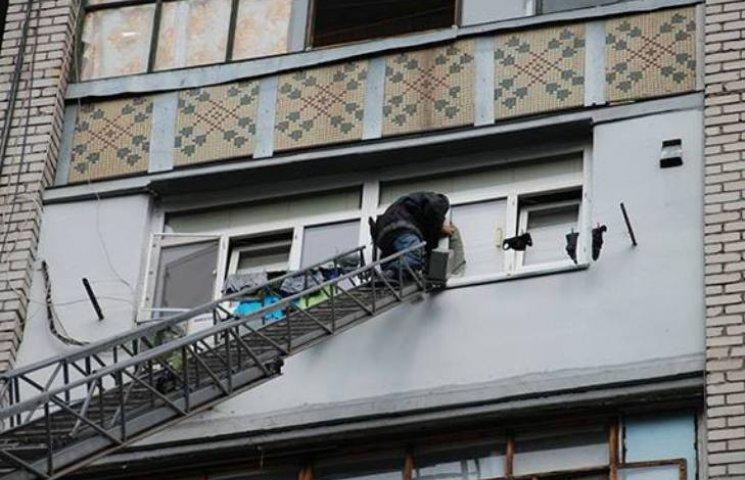 У Миколаєві з балкону багатоповерхівки маленький хлопчик просив по допомогу