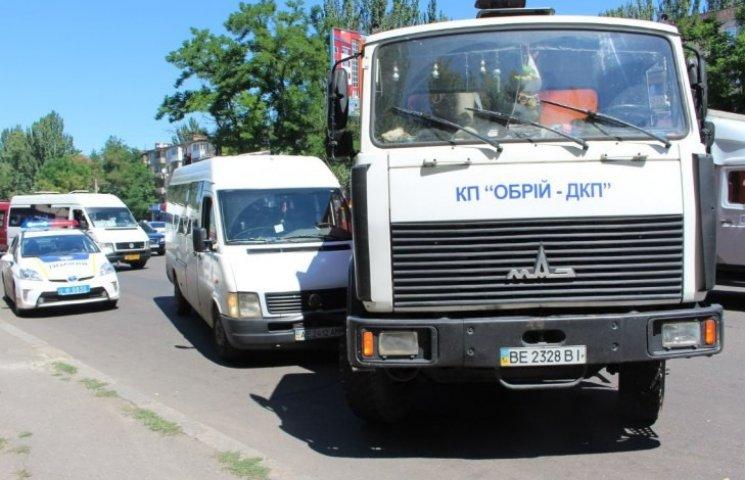 ДТП із запашком: у Миколаєві сміттєвоз підрізав маршрутку біля зупинки