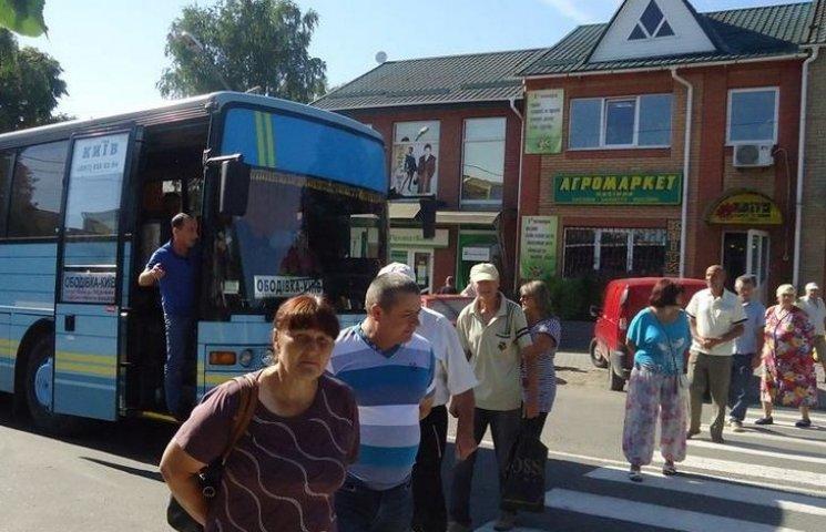 """На Вінниччині, через """"розборки"""" пайовиків та фермера, стоять міжміські автобуси"""