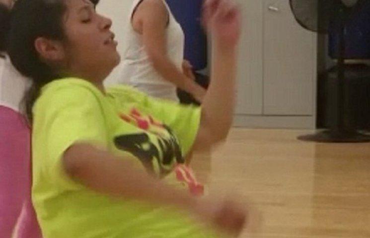 Як жінка за декілька днів до пологів запально танцює зумбу