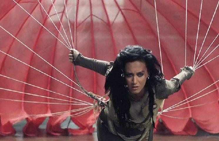 Кетті Перрі поборолося з парашутом у новому кліпі на гімн Олімпіади у Ріо