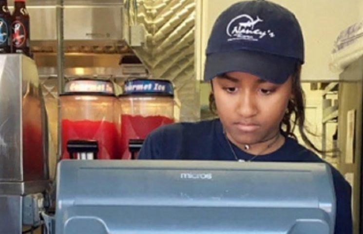 Дочь Обамы работает кассиром в рыбном ресторане