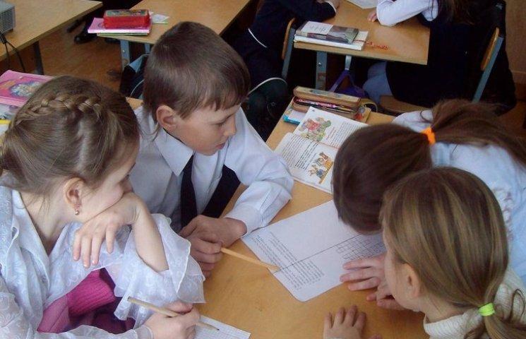 Учителям младших классов запретили красную пасту и поменяли все программы