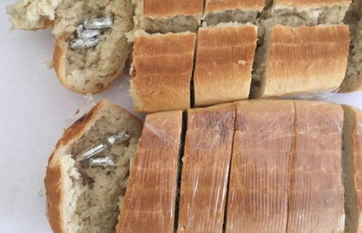 В Миколаївське СІЗО намагались передати батон фарширований наркотою
