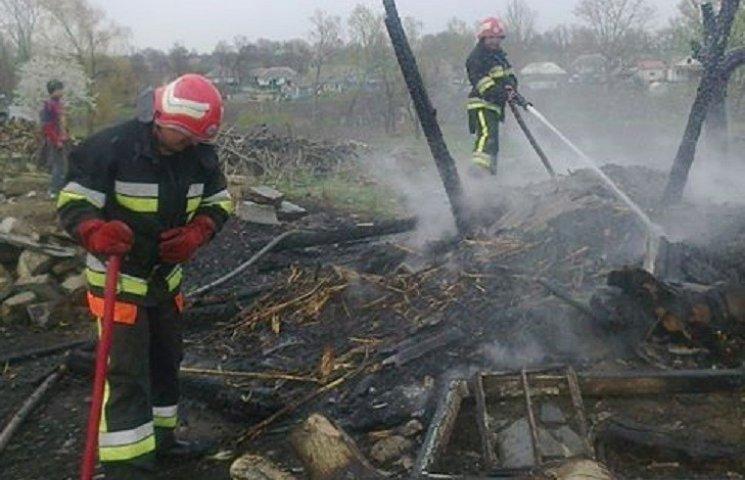 На Городоччині через пожежу сіна ледве не згорів житловий будинок
