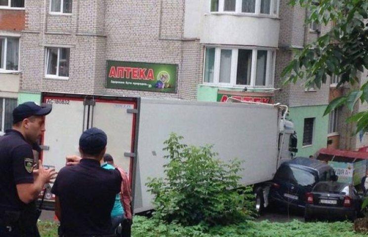 У Хмельницькому фура травмувала продавця кіоску, протаранивши ще кілька машин