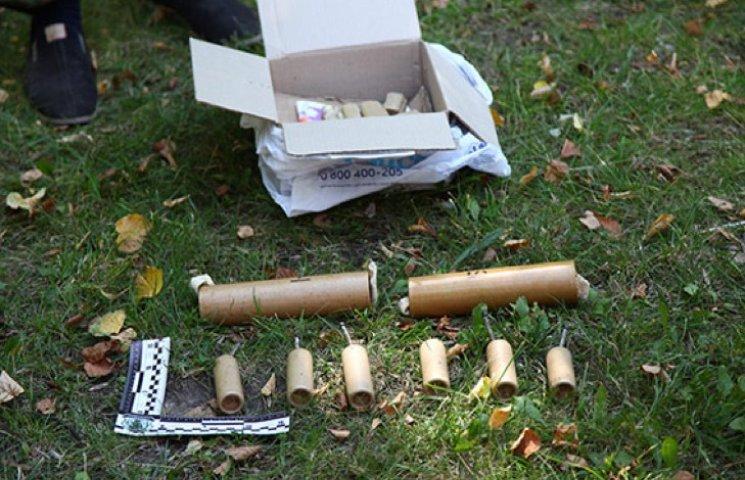 У Хмельницькому чоловік намагався поштою відправити гранати