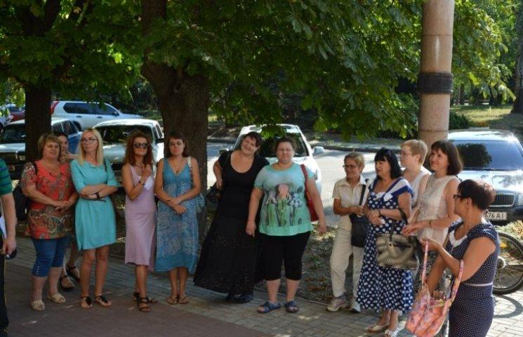 У Миколаєві пікетували міськраду, що хоче відловити собак, які розносять чуму