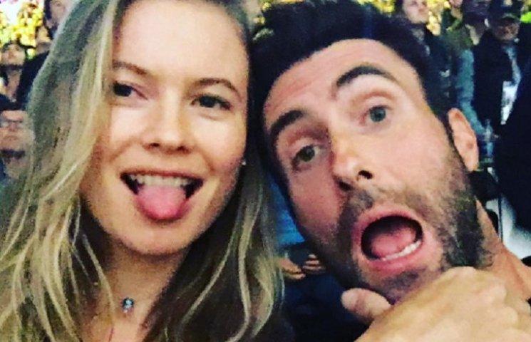 Вагітна дружина соліста Maroon 5 в бікіні показала величезний живіт