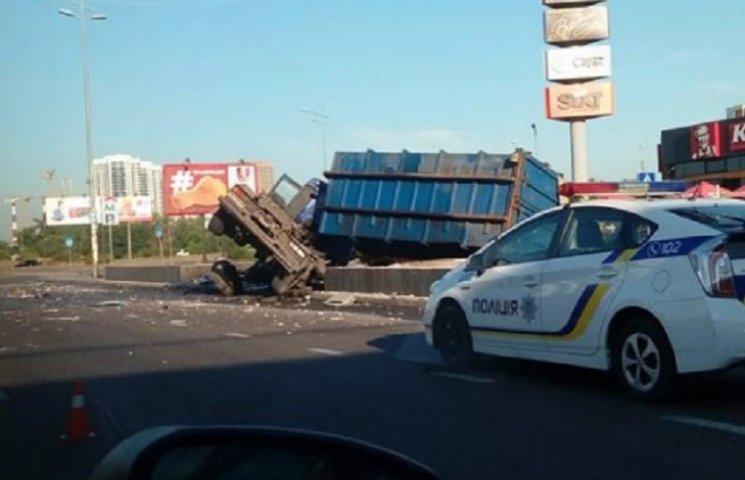 В Киеве возле Южного моста перевернулась фура, движение парализовано