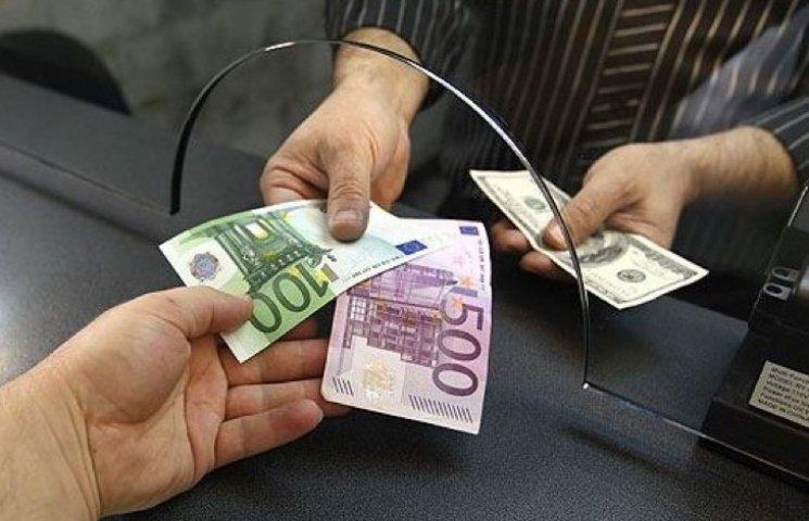 Віднині в банках можна міняти валюту на суму до 150 тисяч гривень без паспорта