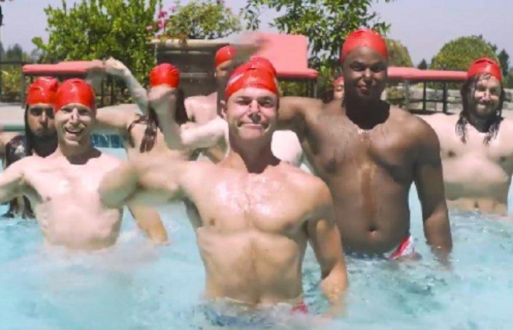 Відео про чоловіче синхронне плавання із піцею стало хітом інтернету