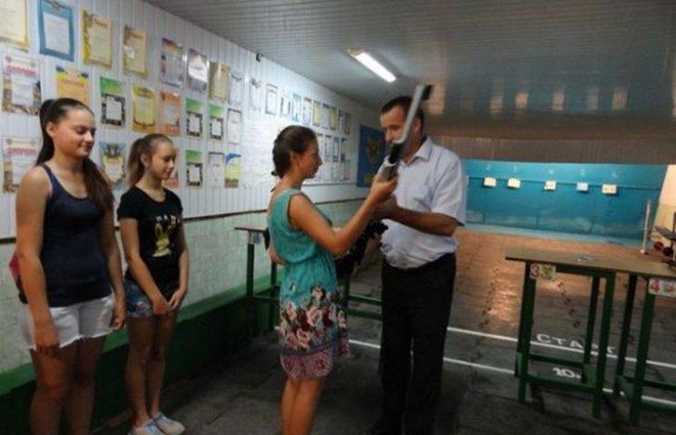 Традицію дарувати юним спортсменам зброю продовжили у Липівці