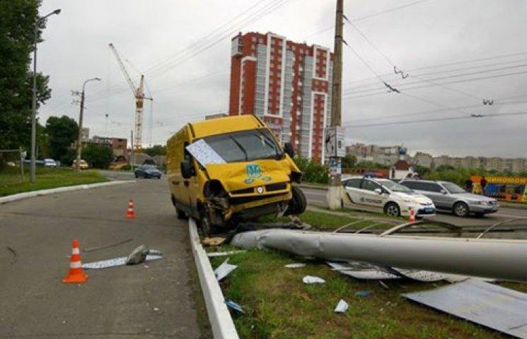 У Хмельницькому нетверезий водій протаранив рекламний щит