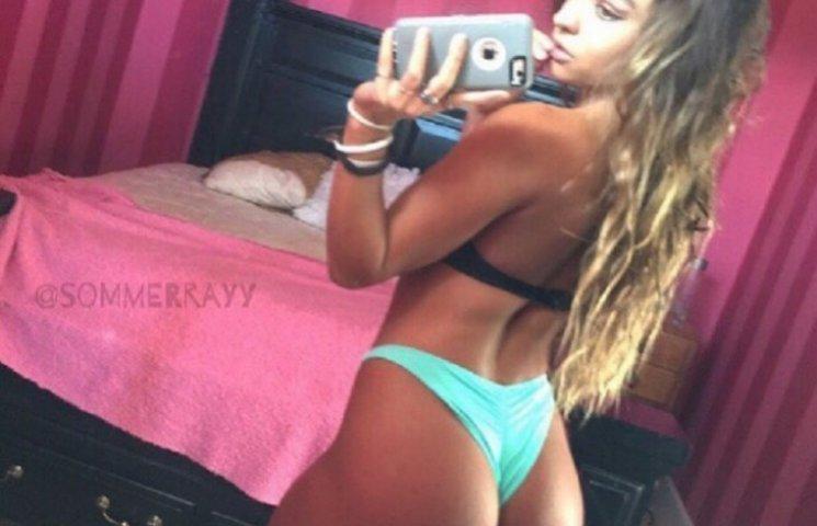 19-летняя модель, которая поведена на своей заднице, становится звездой сети