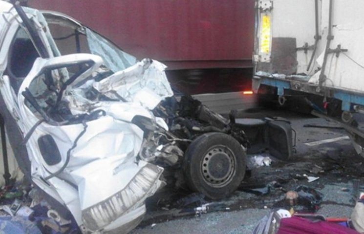 На Миколаївщині у ДТП з вантажівкою загинули восьмеро: серед них дитина
