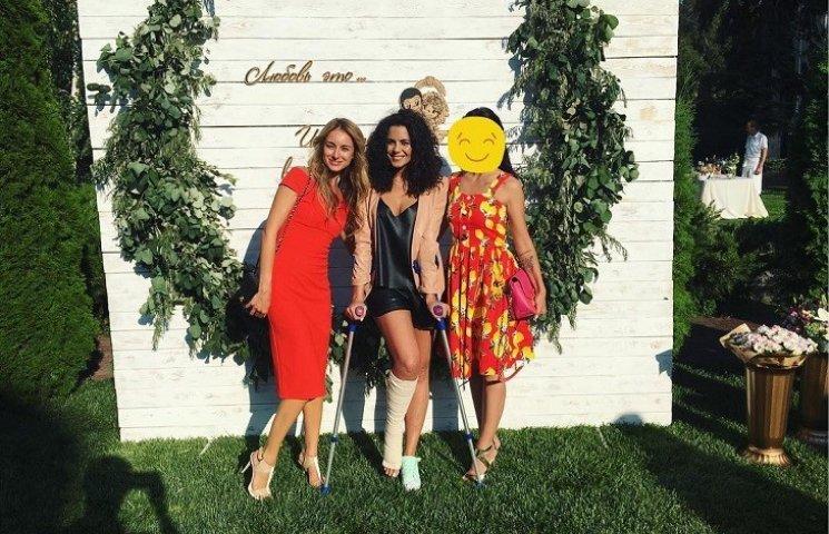 Настя Каменських у піжамному костюмі й на милицях прийшла на весілля до подруги