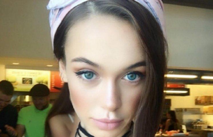 Яремчук показала модний look: шльопки із сорочкою