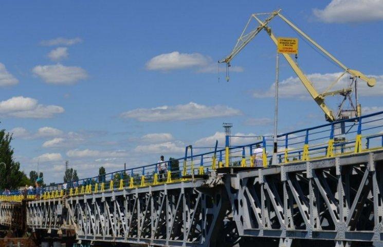 Турнікети з пішохідного мосту у Миколаєві поки не прибиратимуть