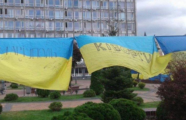 Відома волонтерка розвішала 185 прапорів перед Вінницькою міськрадою