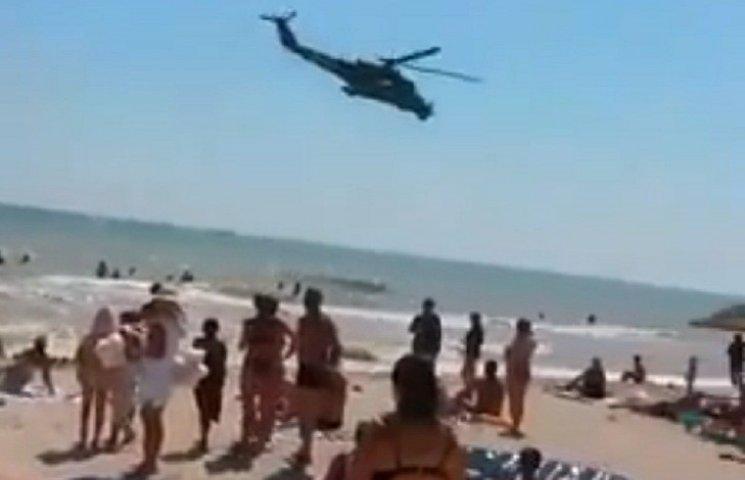 Військовий гелікоптер налякав пляжників на запорізькому курорті