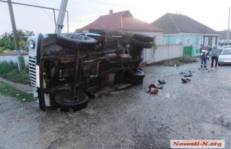 На Миколаївщині фура з цистерною знесла автовишку