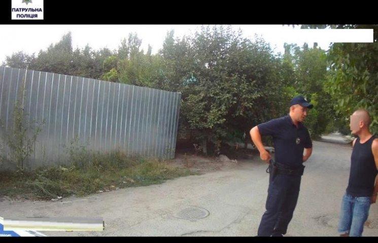 """У Миколаєві черговий """"перехожий"""" намагався викинути шприц з наркотиками на узбіччя"""